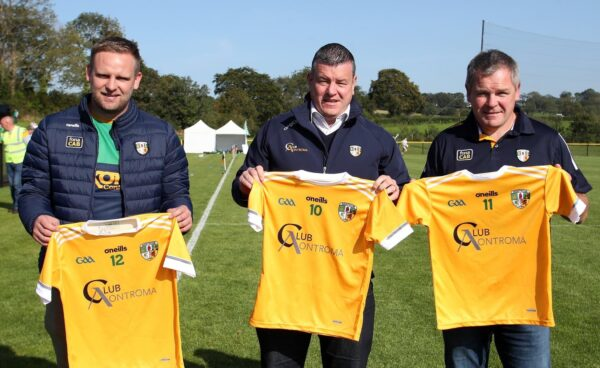 Club Aontroma present new Jersey's to Cumann na mBunscol